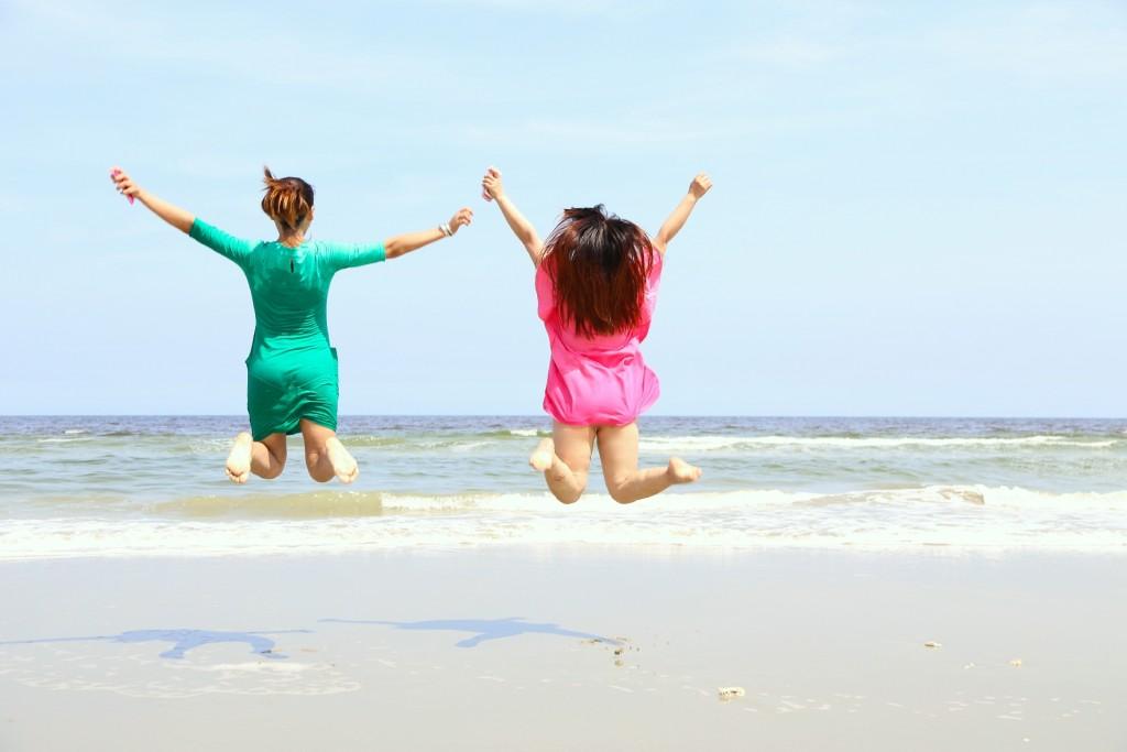 跳んでる女の子二人