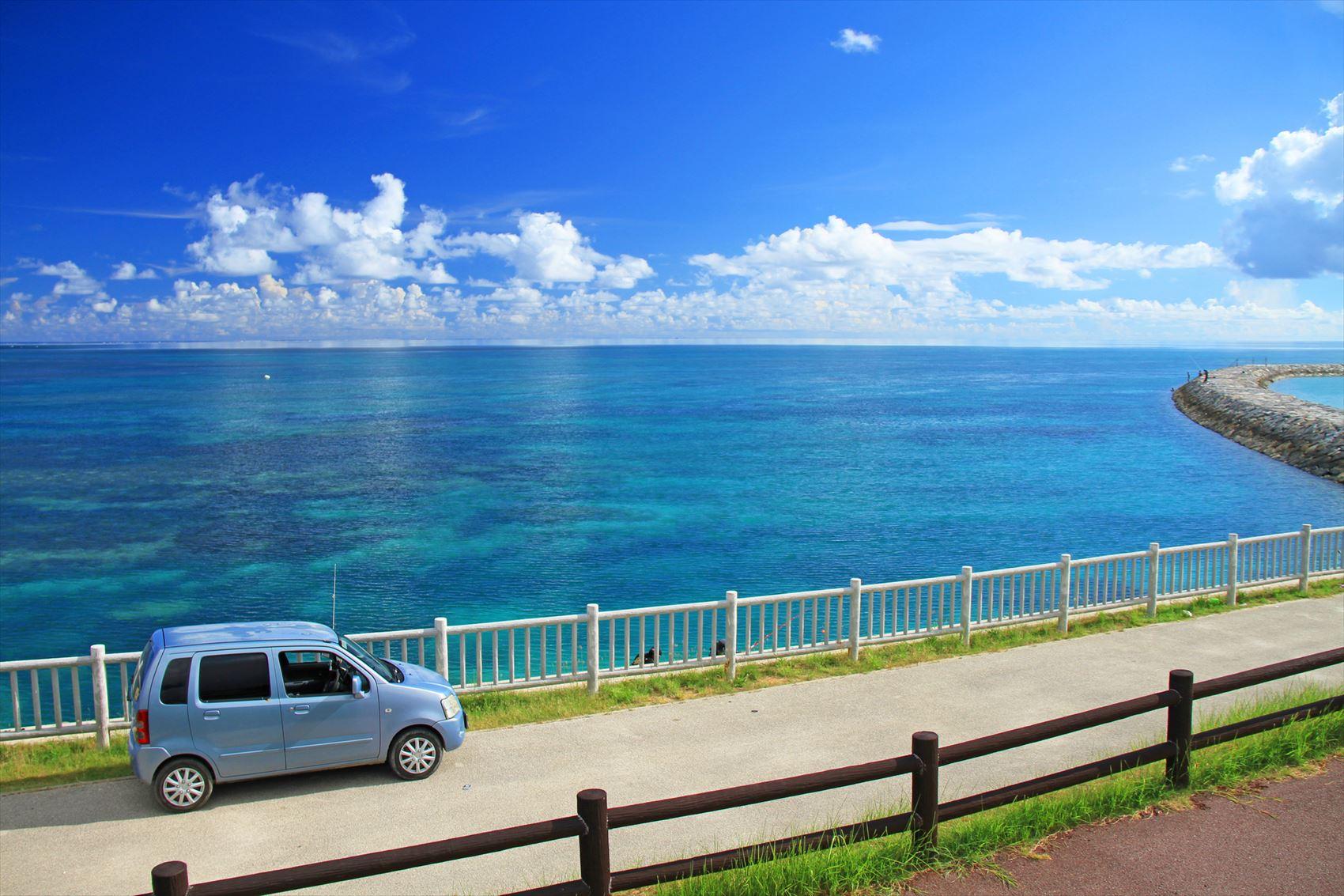 青い車と空と海