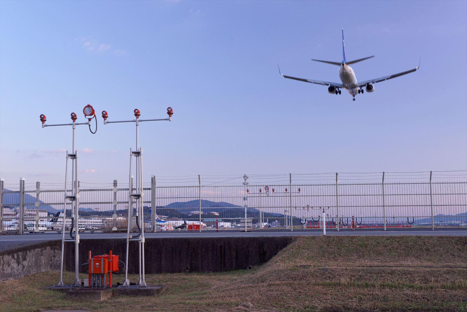 空港を発つ飛行機