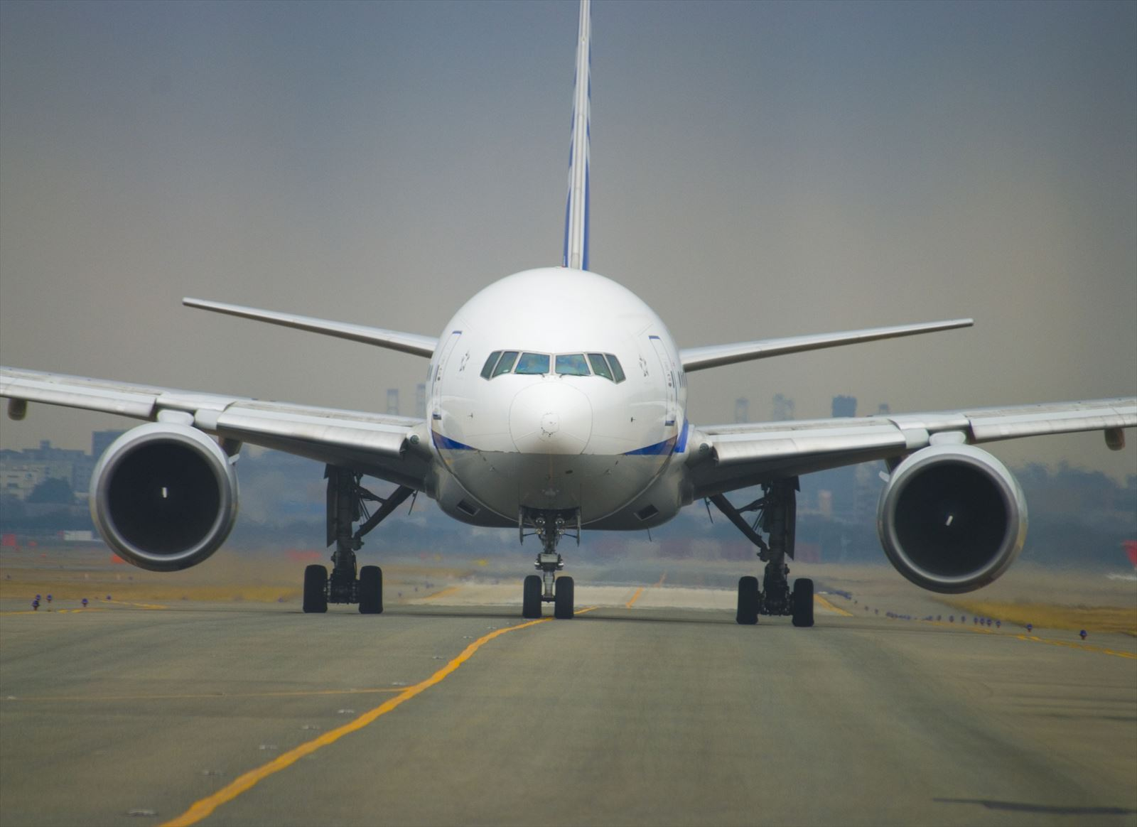 飛び立つ前の飛行機