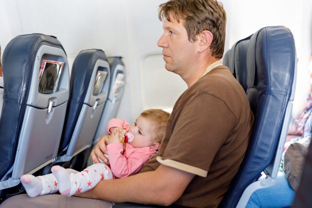 機内にいる赤ちゃん